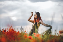 Tätowiertes Model (Maleficent) Im Mohnblumenfeld