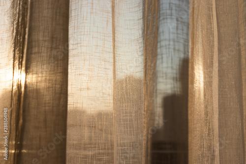 Fotografiet  cortina na janela deixando o sol passar