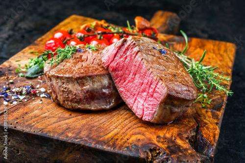 Photo Gebratene dry aged Rinderfilet Steak Medallions  natur mit Tomaten und Pfifferli