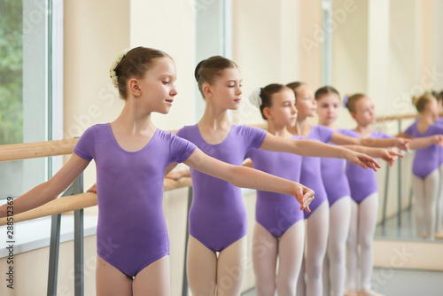 Photo Young ballerinas in choreography class of ballet school