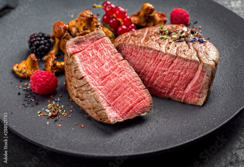 Fotografía Fried dry aged beef fillet chateaubriand medallion steak natural with chanterell