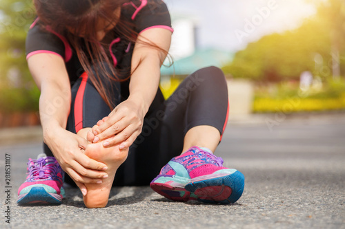 Photo Female runner athlete foot injury and pain