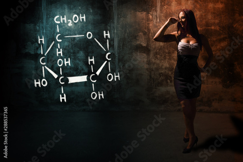 Photo Sexy girl or secretary or female student presenting handdrawn chemical formula o