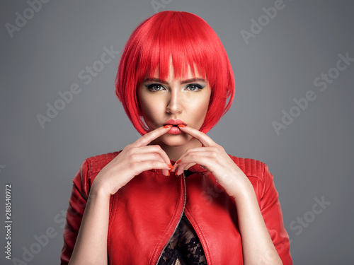 Cuadros en Lienzo Beautiful sexy woman with bright red bob hairstyle