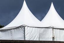 とんがり屋根の白いテントハウス