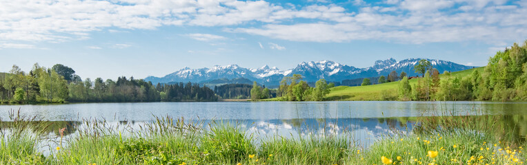 Bergsee im Frühling - Breitbildformat