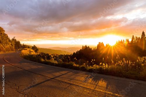 Fotomural  燃える夕日と、燃える紅葉