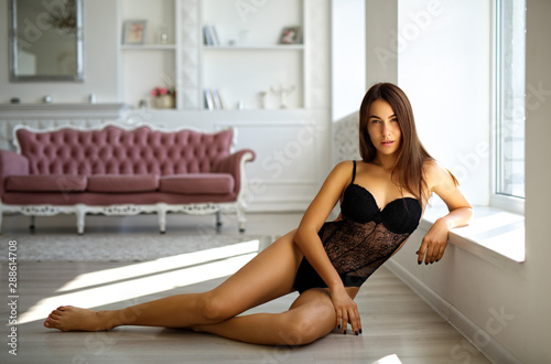 Photo Perfect woman in black lingerie on sofa