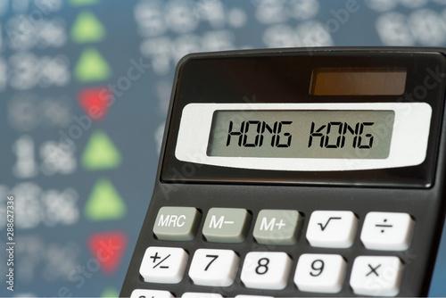 Photo  Taschenrechner und Kurstafel der Börse in Hongkong