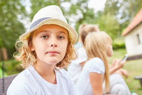 Foto Porträt eines nachdenklichen Jungen