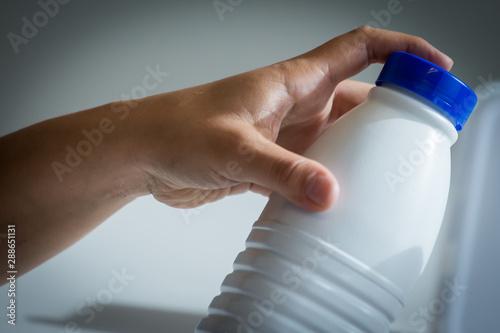 Fotografia  Hand holding a plastic bottle