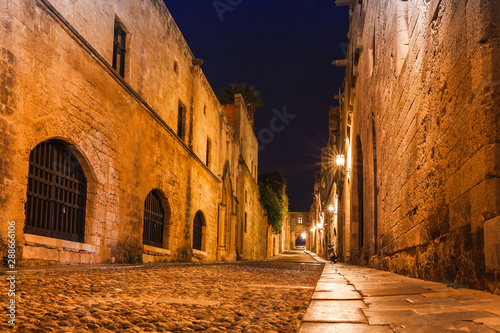Foto auf AluDibond Altes Gebaude Night photo of ancient street of the Knights in Rhodes city on Rhodes island, Dodecanese, Greece. Stone walls and bright night lights. Famous tourist destination in South Europe