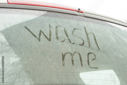 Fotografía Write the words wash me on the very dirty surface of the car