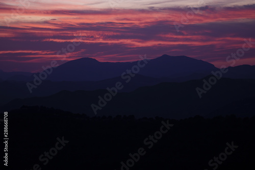 Montage in der Fensternische Hochrote Beautiful violet and red sky design with mountains