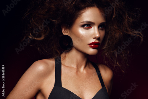 Fotografía  Beautiful face of a fashion model with red lips. Studio portrait.