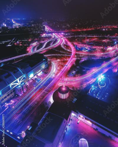 Valokuva  Stadtansicht von Berlin bei Nacht mit Verkehrslichtern