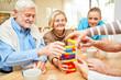 canvas print picture - Gruppe Senioren spielt mit Bausteinen im Altenheim
