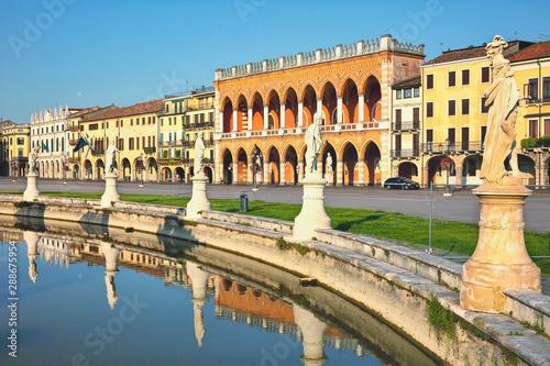 In de dag Kanaal Sculptures in Prato della Valle square in Padua, Italy