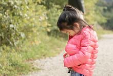 Petite Fille Eurasienne - Française Et Chinoise - Apprenant à Fermer Seule Son Blouson - Apprentissage De La Vie - Devenir Indépendante