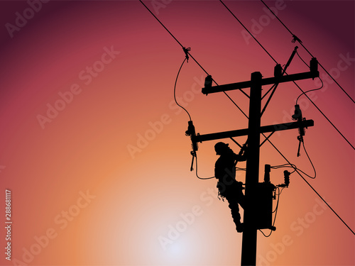 Fotografia Silhouette of power lineman uses a clamp stick grip all type to install the line cover on energized high-voltage electric power lines