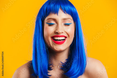 Photo  Portrait closeup of cheerful nice woman wearing blue wig laughing with eyes clos