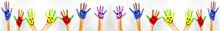 Bunt Bemalte Kinderhände Mit Smileys - Panorama Banner Weiß Isoliert