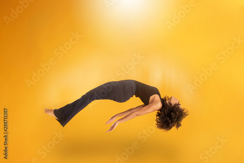 Photo Side view of afro hair woman in zero gravity or being abducted by a UFO