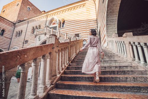 Cuadros en Lienzo Beautiful girl in Verona