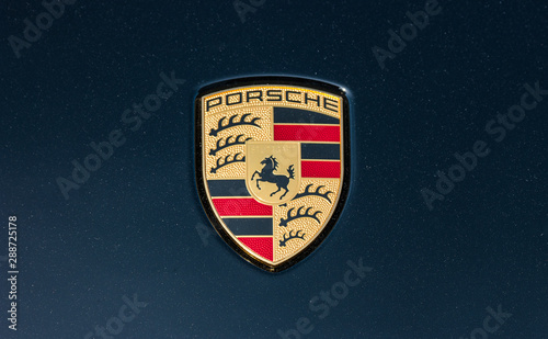 Foto AACHEN, GERMANY MARCH, 2017: Porsche Sign Close Up on a black car