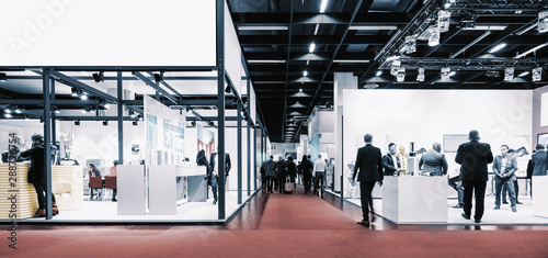 Fototapeta business people walking between trade show booths. ideal for websites and magazines layouts obraz