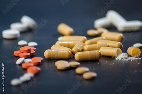 Variedad de pastillas, antibióticos, anti-inflamatorios, tratamientos medicos