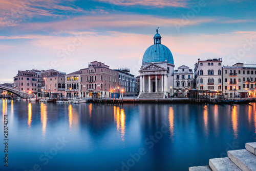 Fantastic spring sunrise in Venice with San Simeone Piccolo church Fototapet