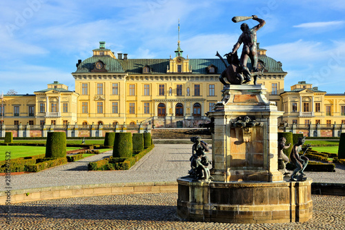 Photo Drottningholm Palace with fountain in its picturesque gardens, Stockholm, Sweden