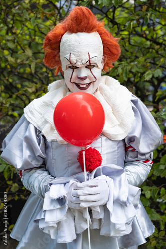 Creepy clown with red balloon Fototapet