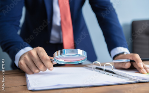 Canvastavla businessman looking with a magnifier