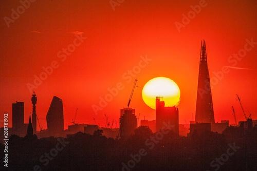 Foto auf AluDibond Rot Sunset behind the London skyline
