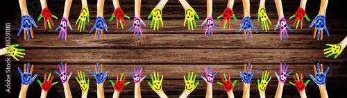 Bunt bemalte Kinderhände - Panorama - Hintergrund braunes Holz Holztextur Canvas Print