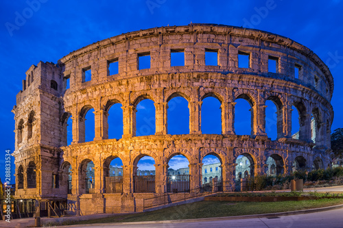 Foto auf Leinwand Altes Gebaude night view of Coliseum in Pula, Croatia.