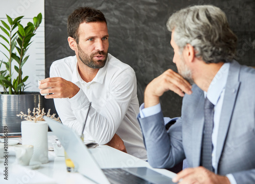 Pinturas sobre lienzo  businessman portrait restaurant coffee conversation