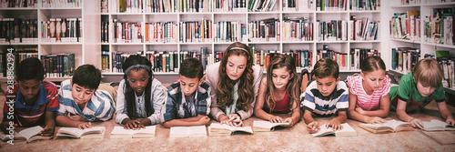 Pinturas sobre lienzo  Teacher reading books to her students