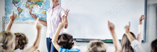 Obraz Teacher teaching kids in classroom - fototapety do salonu