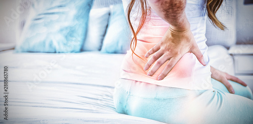 Fotomural  Digital composite of highlighted spine of woman with back pain