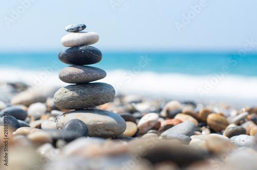 Photo sur Aluminium Zen pierres a sable pyramid of stones by the sea. balanced stones.