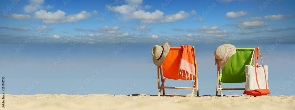 Fotografie, Obraz schöner Strand mit bunten Liegestühlen
