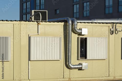 Sistema de aire acondicionado en el exterior de una casa prefabricada Wallpaper Mural