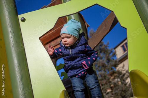 Kind Hannah beim unbeschwerten Spielen auf einem Spielplatz Wallpaper Mural
