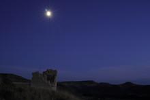 Paisaje Con Palomar En Ruinas Y Luna Creciente Navarrete Del Rio Calamocha Teruel Aragon