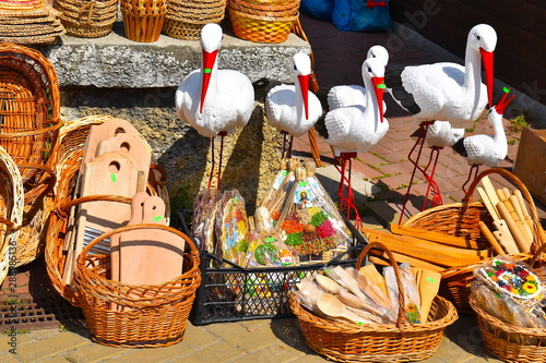 Montage in der Fensternische Osteuropa Wooden Romanian souvenirs including storks, baskets, trays, chopping boards, cooking spoons and toys for sale on a local market stall in the mountains. Suceava, Romania, the Balkans, Eastern Europe
