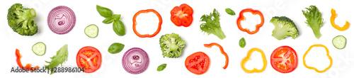 Fotografía  Creative layout made of tomato slice, onion, cucumber, basil leaves