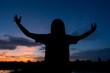 Photo Silhouette woman feeling beautiful evening.